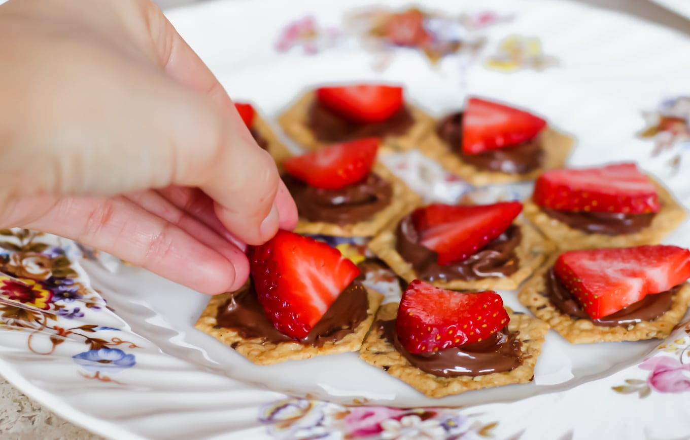 Strawberries and Nutella Cracker Toppings